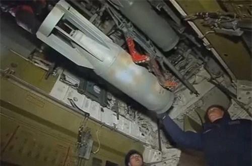 Tu-95 thiết kế hai khoang bom cho phép tải tối đa 15 tấn bom các loại.