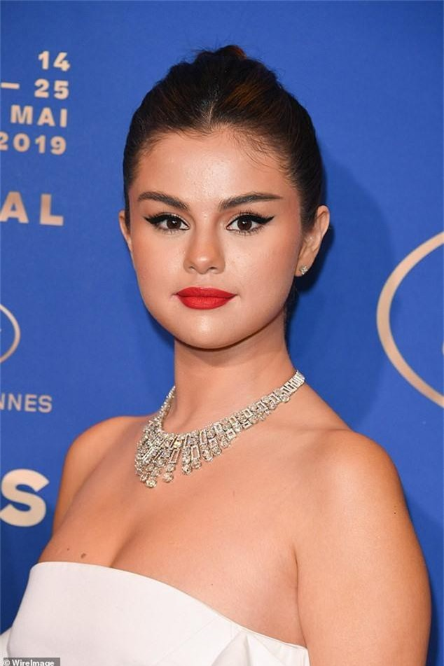 Lộng lẫy đi dự tiệc tối hậu Cannes, Selena Gomez khiến dân tình tá hỏa với gương mặt trắng phớ và chân thô - Ảnh 3.