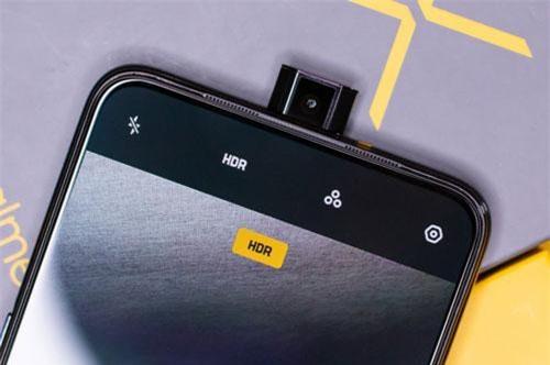 Máy ảnh selfie Pop-up 16 MP, f/2.0 cho phép quay video Full HD. Máy ảnh này mất 0,74 giây để bật/tắt. Cả camera trước và sau cùng được tích hợp trí tuệ nhân tạo (AI).