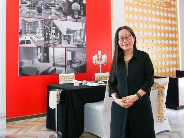 TS Jackie Ong, Chủ nhiệm bộ môn Quản trị du lịch và khách sạn RMIT Việt Nam tại quầy mô phỏng ngành Du lịch & Khách sạn tại trường.