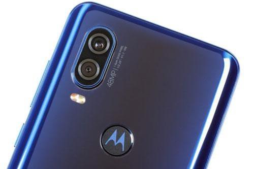 Smartphone màn hình đục lỗ, chip Exynos 9609, camera kép, giá 'chát'