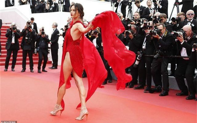 Alessandra Ambrosio diện váy đỏ xẻ táo bạo - 1