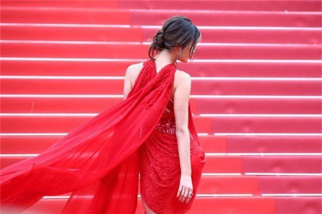 Alessandra Ambrosio diện váy đỏ xẻ táo bạo - 10