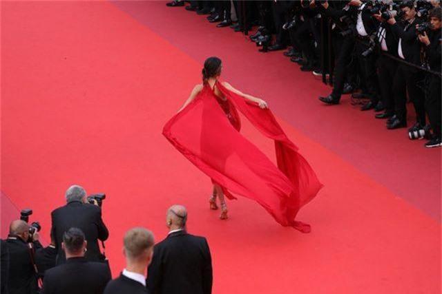 Alessandra Ambrosio diện váy đỏ xẻ táo bạo - 11