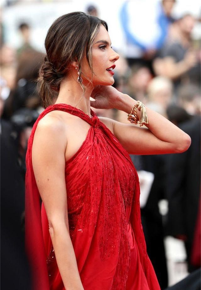 Alessandra Ambrosio diện váy đỏ xẻ táo bạo - 5