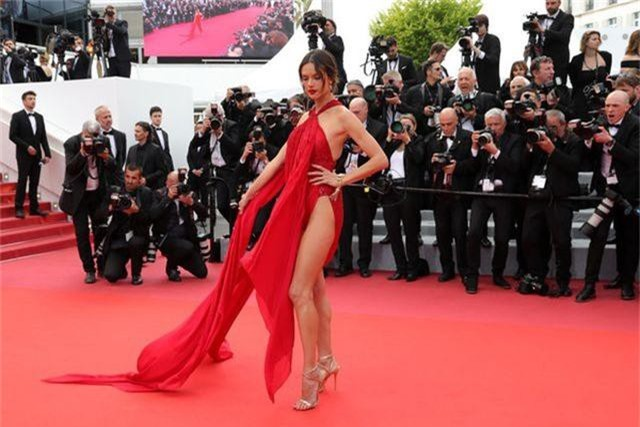 Alessandra Ambrosio diện váy đỏ xẻ táo bạo - 8