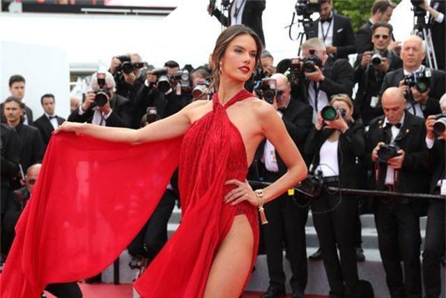 Alessandra Ambrosio diện váy đỏ xẻ táo bạo - 9