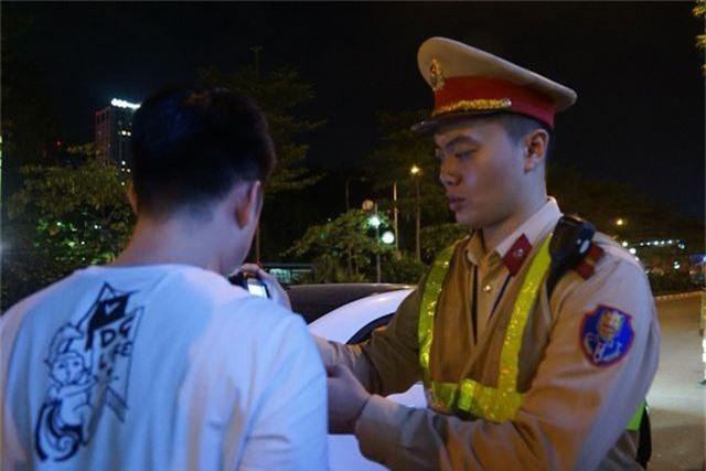 Hà Nội: CSGT lập chốt sát quán nhậu để kiểm tra tài xế ma men - 2