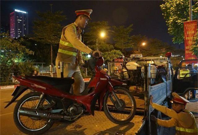 Hà Nội: CSGT lập chốt sát quán nhậu để kiểm tra tài xế ma men - 3