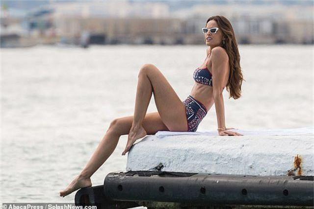 Izabel Goulart khoe dáng săn chắc với bikini 500 USD - 9