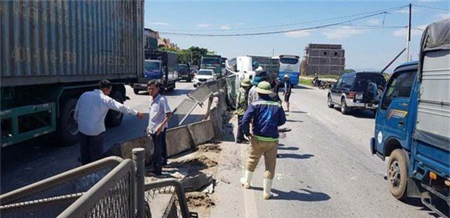 Xe tải tông xe 7 chỗ lật nghiêng, 3 người thoát chết may mắn - 2