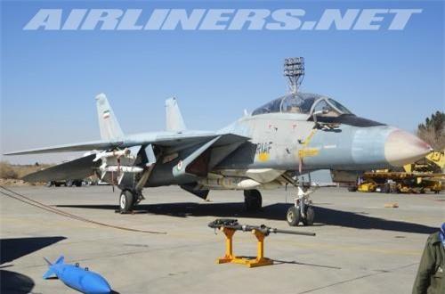 F-14 được thiết kế với kiểu cánh cụp cánh xòe cho phép đạt tốc độ bay rất cao ở trần bay thấp và cất hạ cánh đường băng ngắn dù kích thước máy bay khá lớn với trọng lượng rỗng 19,3 tấn, trọng lượng cất cánh tối đa 33 tấn, tải trọng vũ khí 6,6 tấn.