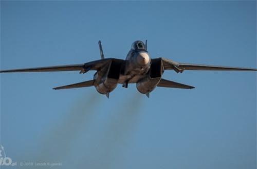 Mặc dù có tính năng bay cao, không thua kém MiG, tuy nhiên việc dùng kiểu cánh cụp cánh xòe khiến F-14 không hề thích hợp để không chiến quần vòng. Rất may, nó được trang bị radar mạnh giúp nó mang những tên lửa đối không tầm xa đem lại ưu thế đáng kể trước MiG.