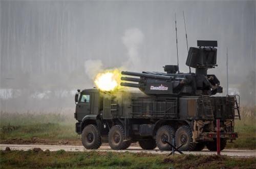 Hệ thống Pantsir-S gồm hai khẩu pháo tự động 2A38M 30mm và 12 đạn tên lửa phòng không 57E6. Trong đó, hai khẩu 2A38 đạt tốc độ bắn tổng 5.000 phát/phút, tầm bắn từ 200m tới 4km, độ cao từ 0m tới 3km.
