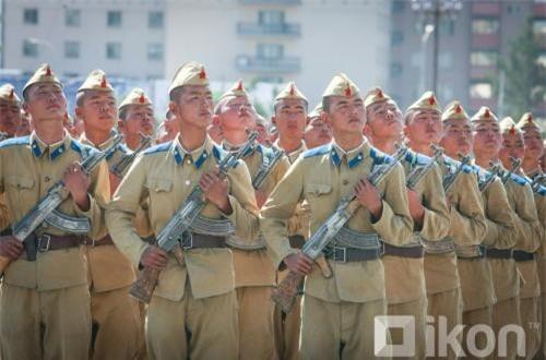 Ngỡ ngàng cách ăn mặc của tân binh Quân đội Mông Cổ