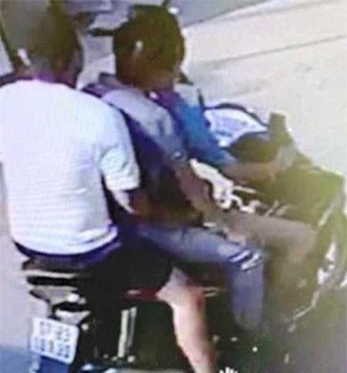 """Thái Bình: Xe máy chở 3, """"tông"""" cụ bà bất tỉnh rồi bỏ trốn"""