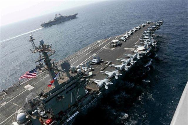 Tàu chiến Mỹ tập trận rầm rộ sát Iran giữa lúc căng thẳng - 1