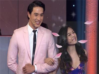 """Lê Lộc """"cười tít mắt"""" khi được cầm tay Thuận Nguyễn, ôm Mai Tiến Dũng"""