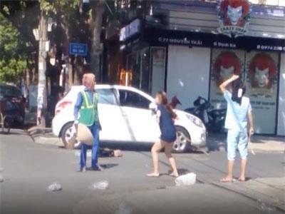 CLIP: Nữ chủ shop lao vào chửi bới, đánh tới tấp cô lao công giữa đường khiến nhiều người bất bình