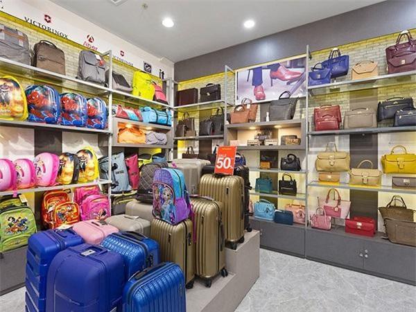 Tùy theo chất lượng, mẫu mã và nơi sản xuất, giá của các sản phẩm vali giao động từ 400.000 đồng đến 5 triệu đồng/chiếc.