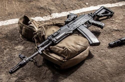 Thỏa thuận cấp phép cho Azerbaijan sản xuất súng trường tiến công AK-74M được ký kết vào tháng 10/2010 giữa Bộ Quốc phòng Azerbaijan với Tập đoàn Rosoboronexport.