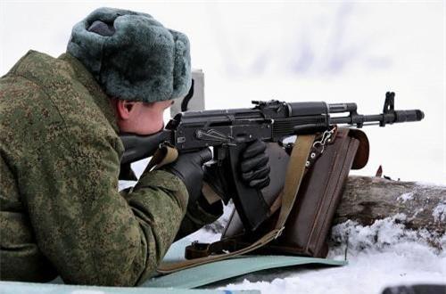 AK-74M nặng khoảng 3,4kg (không hộp tiếp đạn), dài tổng thể 943mm, dùng cỡ đạn 5,45x39mm với hộp tiếp đạn 30 viên.