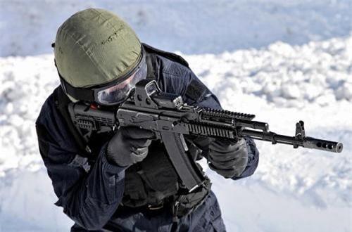 So với thế hệ đầu AK-74, AK-74M được cải tiến ở một số chi tiết, củng cố bộ phận giảm giật, ngăn bụi và đặc biệt là sử dụng chất liệu plastic và sợi các-bon thay thế cho chất liệu gỗ và kim loại để làm súng bền hơn.