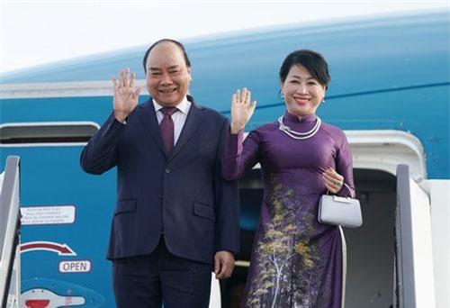 Thủ tướng Nguyễn Xuân Phúc và phu nhân tại cửa chuyên cơ khi vừa hạ cánh xuống Saint Peterburg - Ảnh: QUANG HIẾU/ VGP.