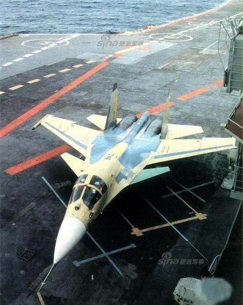 Cận cảnh buồng lái với 2 chỗ ngồi song song độc đáo trên chiếc Su-33UB