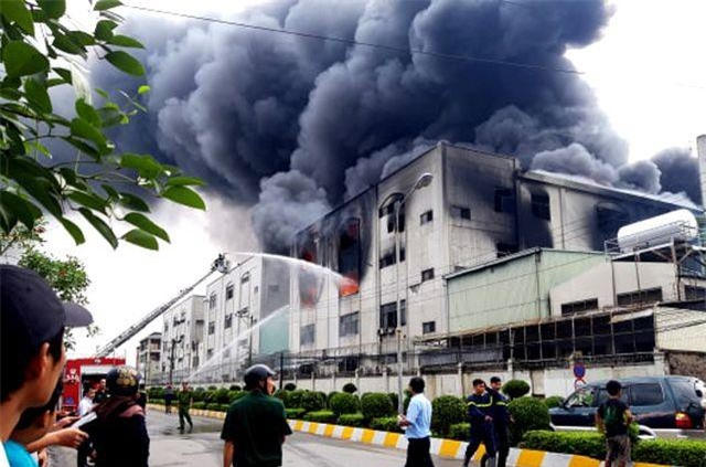 Bình Dương: Hỏa hoạn cực lớn, hàng nghìn m2 nhà xưởng chìm trong biển lửa