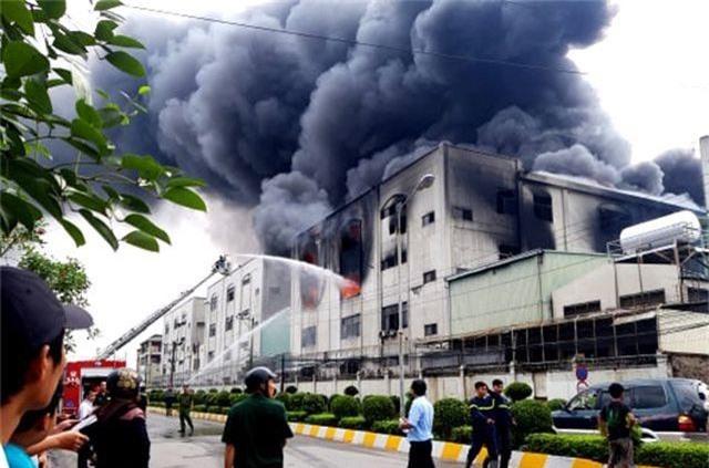 Hỏa hoạn cực lớn, hàng nghìn m2 nhà xưởng chìm trong biển lửa - 1