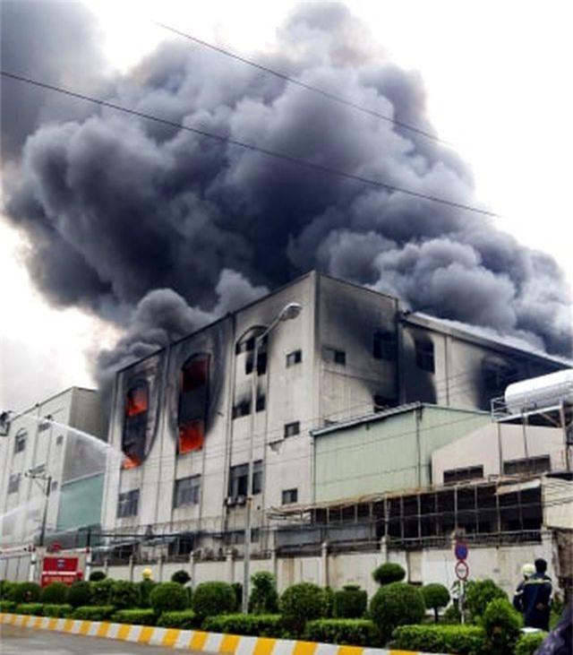 Hỏa hoạn cực lớn, hàng nghìn m2 nhà xưởng chìm trong biển lửa - 2