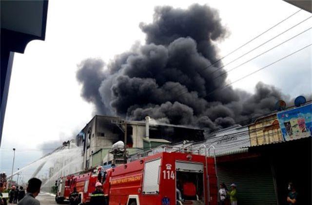 Hỏa hoạn cực lớn, hàng nghìn m2 nhà xưởng chìm trong biển lửa - 4