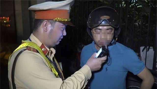 Giả câm, bỏ phương tiện để chống đối kiểm tra nồng độ cồn ở Hà Nội - 5
