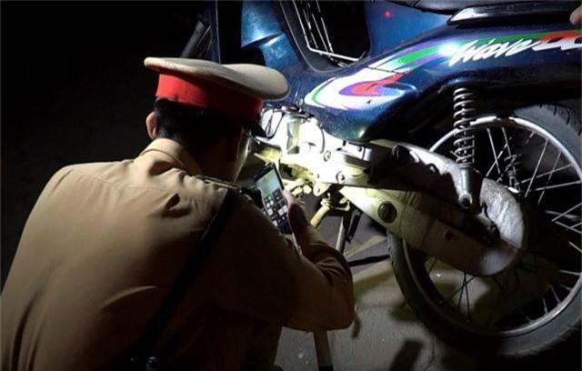 Giả câm, bỏ phương tiện để chống đối kiểm tra nồng độ cồn ở Hà Nội - 7