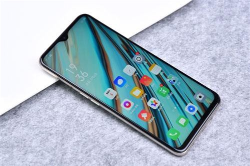 A9 sử dụng tấm nền màn hình IPS kích thước 6,53 inch, độ phân giải Full HD Plus (2.340x1.080 pixel), mật độ điểm ảnh 395 ppi. Màn hình này được chia theo tỷ lệ 19,5:9, thiết kế dạng giọt nước và chiếm 90,7% diện tích mặt trước.