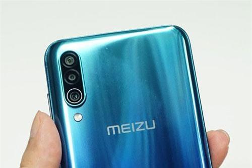 Meizu 16Xs sở hữu 3 camera ở mặt lưng. Trong đó, cảm biến chính 48 MP, f/1.7 với khả năng lấy nét theo pha. Cảm biến thứ hai 8 MP, f/2.2 cho ống kính góc rộng 118,8 độ. Cảm biến thứ ba 5 MP, f/1.9 giúp tăng độ sâu trường ảnh, chụp ảnh xóa phông. Bộ ba này được trang bị đèn flash LED, quay video 4K.