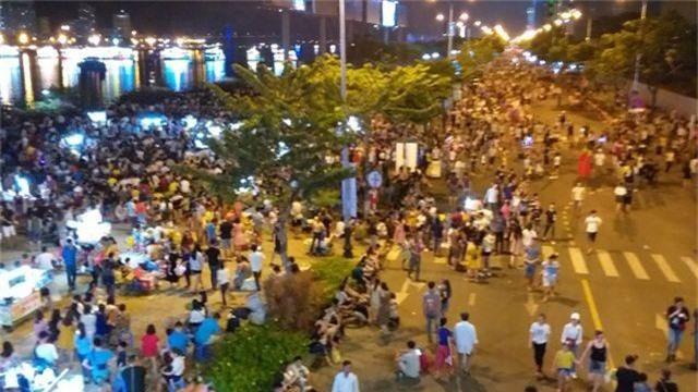 Biển người chen chúc tìm chỗ đẹp xem pháo hoa quốc tế Đà Nẵng - 6