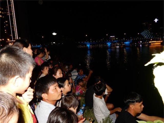 Biển người chen chúc tìm chỗ đẹp xem pháo hoa quốc tế Đà Nẵng - 7