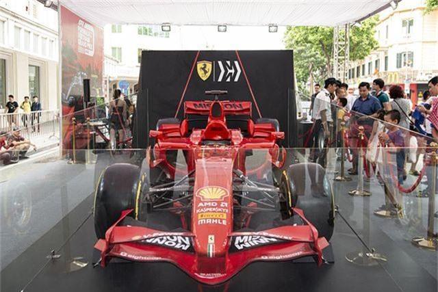 Chiêm ngưỡng siêu xe F1 Ferrari ngay tại Hồ Gươm - 1