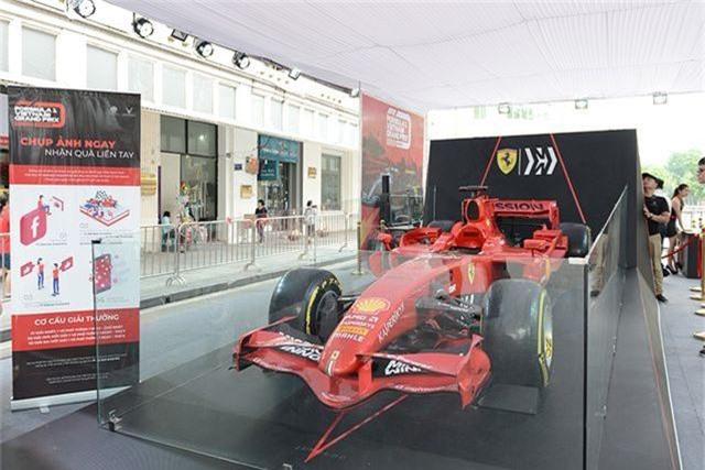Chiêm ngưỡng siêu xe F1 Ferrari ngay tại Hồ Gươm - 3