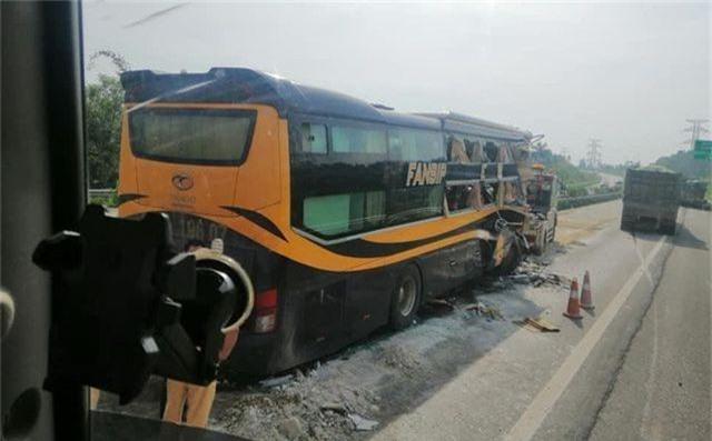 5 người nhập viện sau cú đâm cực mạnh của xe khách vào xe tải - 2
