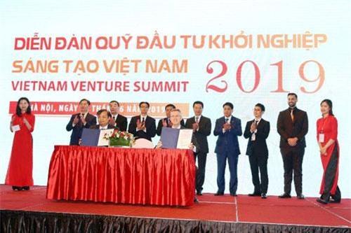 Đại diện Bộ Kế hoạch và Đầu tư ký kết hợp tác với các quỹ đầu tư. Ảnh: TTXVN.