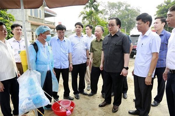 Bí thư Thành ủy Hoàng Trung Hải kiểm tra tại chốt kiểm dịch trên địa bàn xã Đông Yên. (Ảnh: HNP)