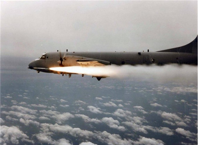 P-3 Orion phóng tên lửa không đối không AIM-9.