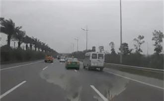 Clip taxi và xe khách rượt đuổi như phim hành động trên cao tốc khiến dân tình sợ xanh mặt - Ảnh 2.