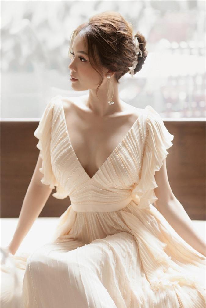 Hiếm khi diện áo xẻ sâu ngực, Sam hóa nữ thần bước ra từ thần thoại Hy Lạp - Ảnh 8.
