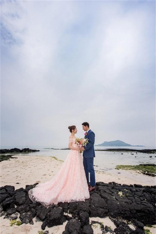 Tài tử Sắc đẹp ngàn cân khoe ảnh cưới mà dân tình chỉ dán mắt vào cô dâu đẹp như Hoa hậu, còn na ná Kim Tae Hee - Ảnh 1.