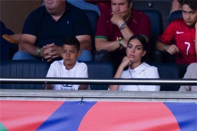 Mặc scandal hiếp dâm, C.Ronaldo vẫn được bạn gái xinh đẹp ủng hộ - 2