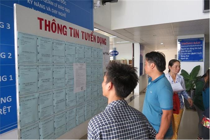 Người lao động theo dõi thông tin tuyển dụng tại Trung tâm dịch vụ việc làm tỉnh Bình Dương